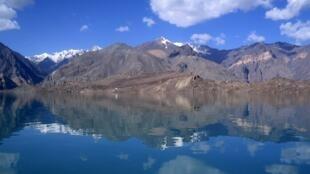 La route du Pamir, empruntée par les cyclistes, est connue pour ses passages à haute altitude avec des cols à plus de 4 500 mètres et des paysages désertiques. Ici, les montagnes du Pamir à 3 300 mètres, le 29 juillet 2007.