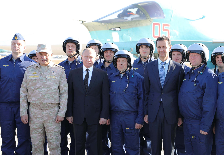 Tổng thống Nga V.Putin và tổng thống Syria Bachar Al Assad thăm căn cứ không quân Nga tại Lataquié, Syria, ngày 11/12/2017.