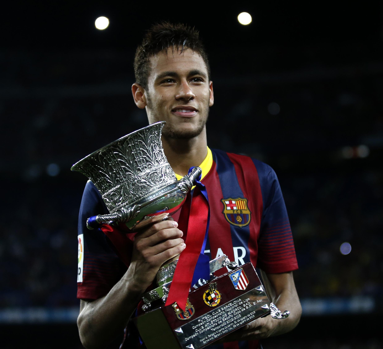 Neymar yana rike da kofin Super Cup da ya taimakawa Barcelona ya lashewa bayan ya `zira kwallo a ragar Atletico Madrid