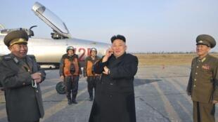 Lançamento de três rajadas de mísseis na área litorânea da cidade de Wonsan, a 150 quilômetros de Pyongyang. Na foto o líder norte-coreano Kim Jong-un assiste a exercícios da Força Aérea norte coreana. 17 de Março de 2014.