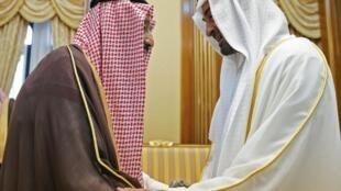 Photo du ministère des Affaires présidentielles à Abou Dhabi montre Mohamed ben Zayed al-Nahyan (à droite), prince héritier d'Abou Dhabi, commandant suprême des forces armées serrant la main du roi Salman près de La Mecque, le 12 août 2019.