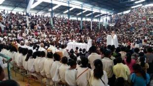 À Akamasoa, dans la capitale, chaque dimanche, la messe du père Pedro attire plus de 6000 fidèles. Sur la Grande Île, les chrétiens constitueraient plus de 80% de la population.