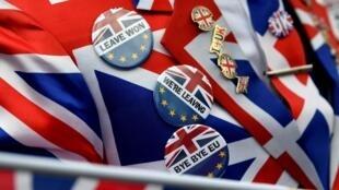 伦敦街头脱欧派人士胸前佩戴的脱欧胸针。摄于2020年1月31日。