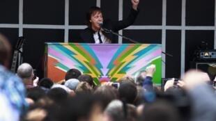 Em um palco montado em cima de um caminhão, Paul McCartney fez um pocket show de 15 minutos para o público do Times Square em Nova York na quinta-feira 10 de outubro de 2013.