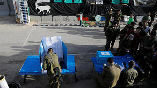 Soldados israelenses votam em uma seção móvel de votação, dois dias antes das eleições no resto de Israel, em um posto militar ao sul do país e ao norte da Faixa de Gaza. 07/04/19.