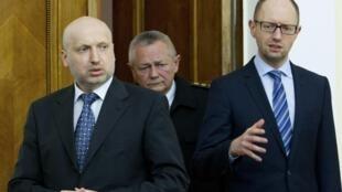 Các lãnh đạo chính quyền lầm thời Ukraina: Tổng thống Oleksander Turchinov (trái) Thủ tướng Arseny Yatseniuk (phải) và Ihor Tenyuk Bộ trưởng Quốc phòng ngày 18/3/2014 tại Kiev sau khi Crimée bị sáp nhập về Nga.