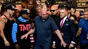 Dana White, le président de l'Ultimate Fighting Championship, sépare son protégé Conor McGregor (à droite) et le boxeur Floyd Mayweather.