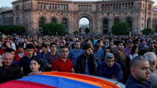 Les partisans du leader de l'opposition Nikol Pashinian rassemblés à Erevan, le 26 avril 2018.