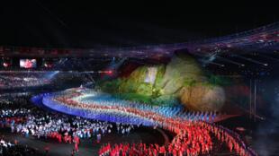 Lễ khai mạc Á Vận Hội 2018, với cảnh núi rừng trùng điệp, biểu tượng cho quốc gia quần đảo Indonesia, Jakarta, tối 18/08/2018.