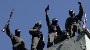 Des officiers de police boliviens protestent contre leurs conditions de travail sur le toit de leur caserne à La Paz, la capitale.
