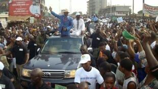 L'ancien Premier ministre Cellou Dalein Diallo (G), ici lors de la marche de l'opposition à Conakry, le 27 février 2013.