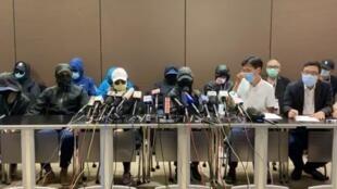 12名港青潜逃台湾被大陆海警截获,部分家属召开记者会哭诉至今逾20日难见一面,而港府各部门只懂相互卸责。(