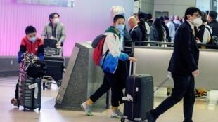 美国加州奥兰治县确诊新冠病毒后,旅客从上海抵达洛杉矶国际机场2020年1月26日