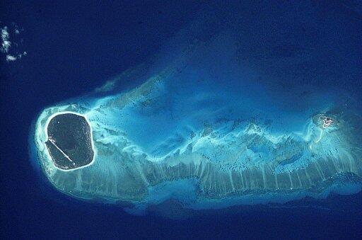Photo de la NASA montrant le relief autour des îles Glorieuses, qui font partie des îles Éparses, administrées par la France et revendiquées par Madagascar.