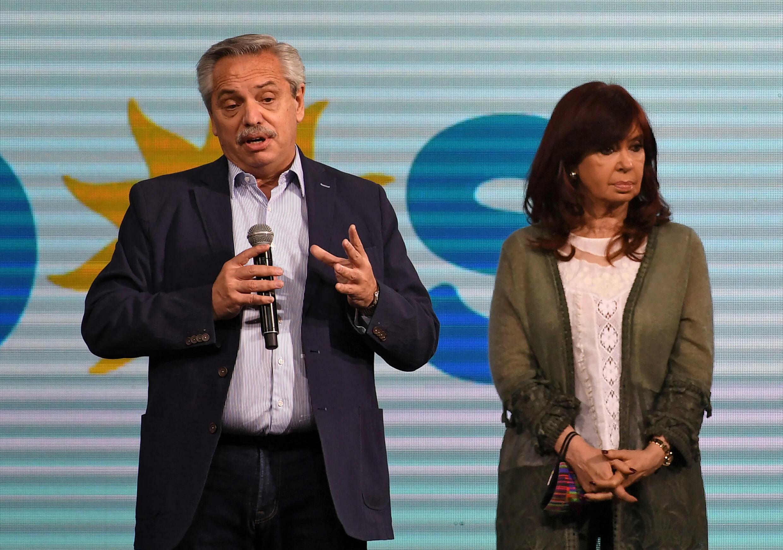 El presidente de Argentina Alberto Fernàndez habla flanqueado por la vicepresidenta Cristina Kirchner tras los resultados de las primarias legislativas del 12 de setiembre de 2021