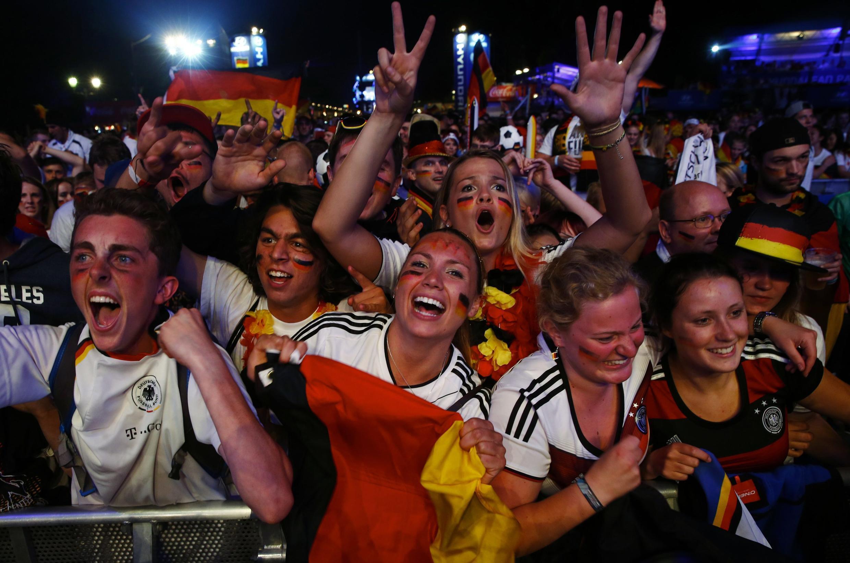 Alemães festejam vitória esmagadora contra o Brasil em Berlim