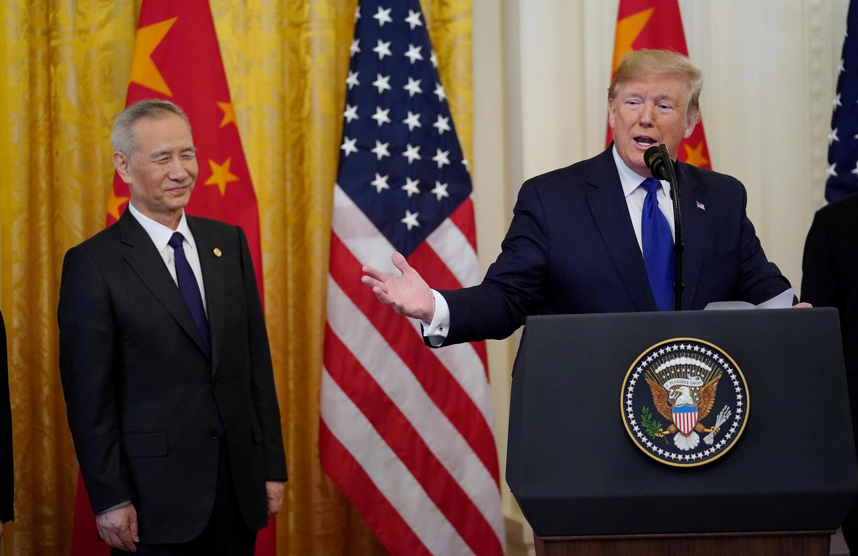 Tổng thống Mỹ Donald Trump và phó thủ tướng Trung Quốc Lưu Hạc (Liu He) trong buổi lễ ký kết thỏa thuận thương mại giai đoạn 1 tại Nhà Trắng ngày 15/01/2020.