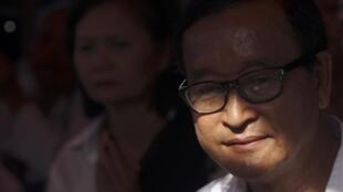 Sam Rainsy, principal leader de l'opposition cambodgienne, lors d'une cérémonie bouddhiste organisée le 5 janvier 2013 pour les ouvriers du textile tués dans les manifestations.