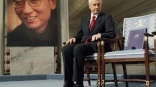 劉曉波的空椅子旁坐着諾貝爾委員會主席Thorbjoern Jagland2010年12月10日