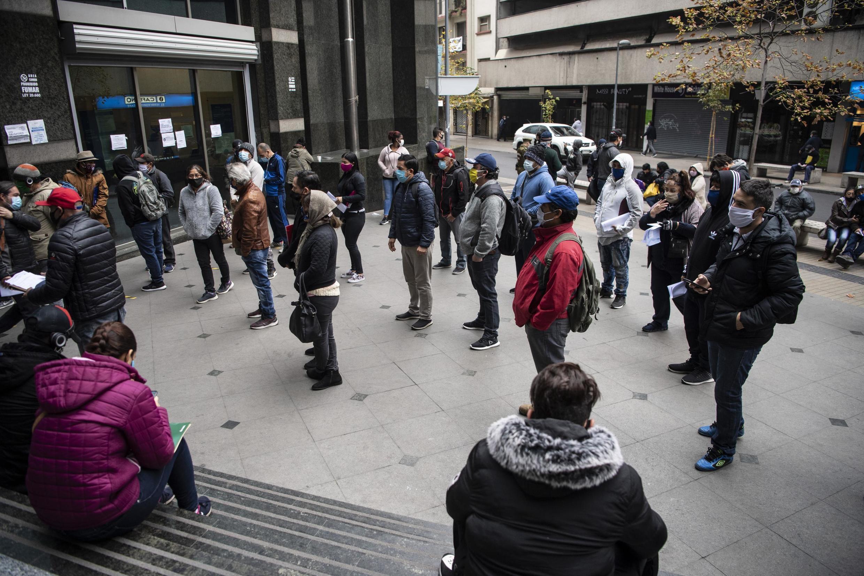La queue devant la caisse d'assurance chômage à Santiago du Chili, le 28 mai 2020.