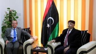 L'envoyé spécial de l'ONU en Libye Martin Kobler (g) et le président du Parlement de Tobrouk, Aguila Saleh (d), le 31 décembre 2015.