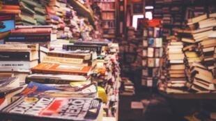Photographie d'une librairie.