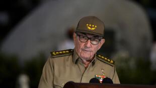 Raul Castro, ancien président et toujours premier secrétaire du Parti communiste cubain prononce un discours pour les 60 ans de la révolution cubaine devant la tombe de Fidel Castro à Santiago de Cuba.
