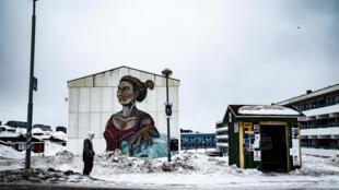 Carteles electorales en una calle en Nuuk, Groenlandia, el 30 de marzo de 2021, días antes de las elecciones que se celebrarán el 6 de abril de 2021.
