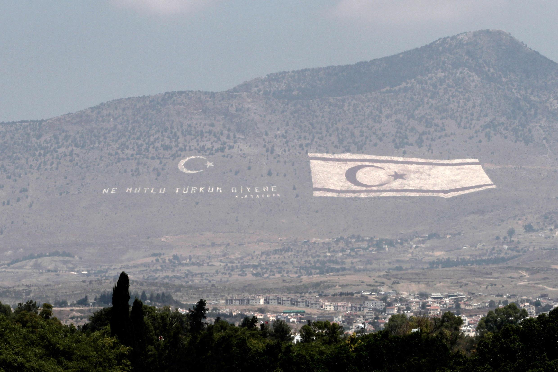 La chaîne montagneuse du Kyrenia située dans la zone contrôlée par la Turquie a été peinte du drapeau de la République turque de Chypre du Nord. La photo a été prise le 19 juillet 2014.
