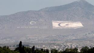 La chaîne montagneuse du Kyrenia située dans la zone contrôlée par la Turquie a été peinte du drapeau de la République turque de Chypre du Nord. La photo a été prise le 19 juillet 2014 (image d'illustration)..