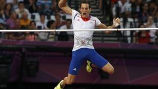拉维莱涅最终以5米97的成绩打破奥运会撑杆跳纪录