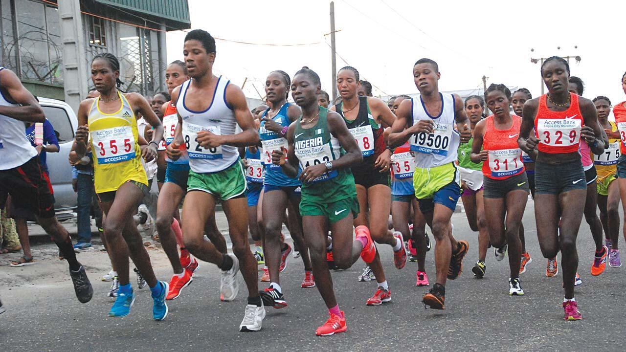 Wasu masu tseren gudun yada kanin wani a birnin Lagos.