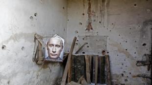 Плакат с изображением Владимира Путина и подписью «Республика Сербская» в заброшенном здании, Босния