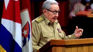 Raul Castro s'exprimant lors de la séance d'ouverture du 8e Congrès du Parti communiste cubain au Palais des Congrès de La Havane, le 16 avril 2021.