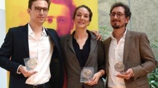 O 80° Prémio Albert Londres foi entregue em Istambul a Elise Vincent (centro), jornalista do «Le Monde».