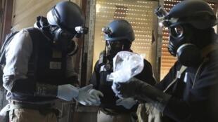 Des experts des Nations unies munis de masques à gaz, le jeudi 29 août, dans la banlieue de Damas.