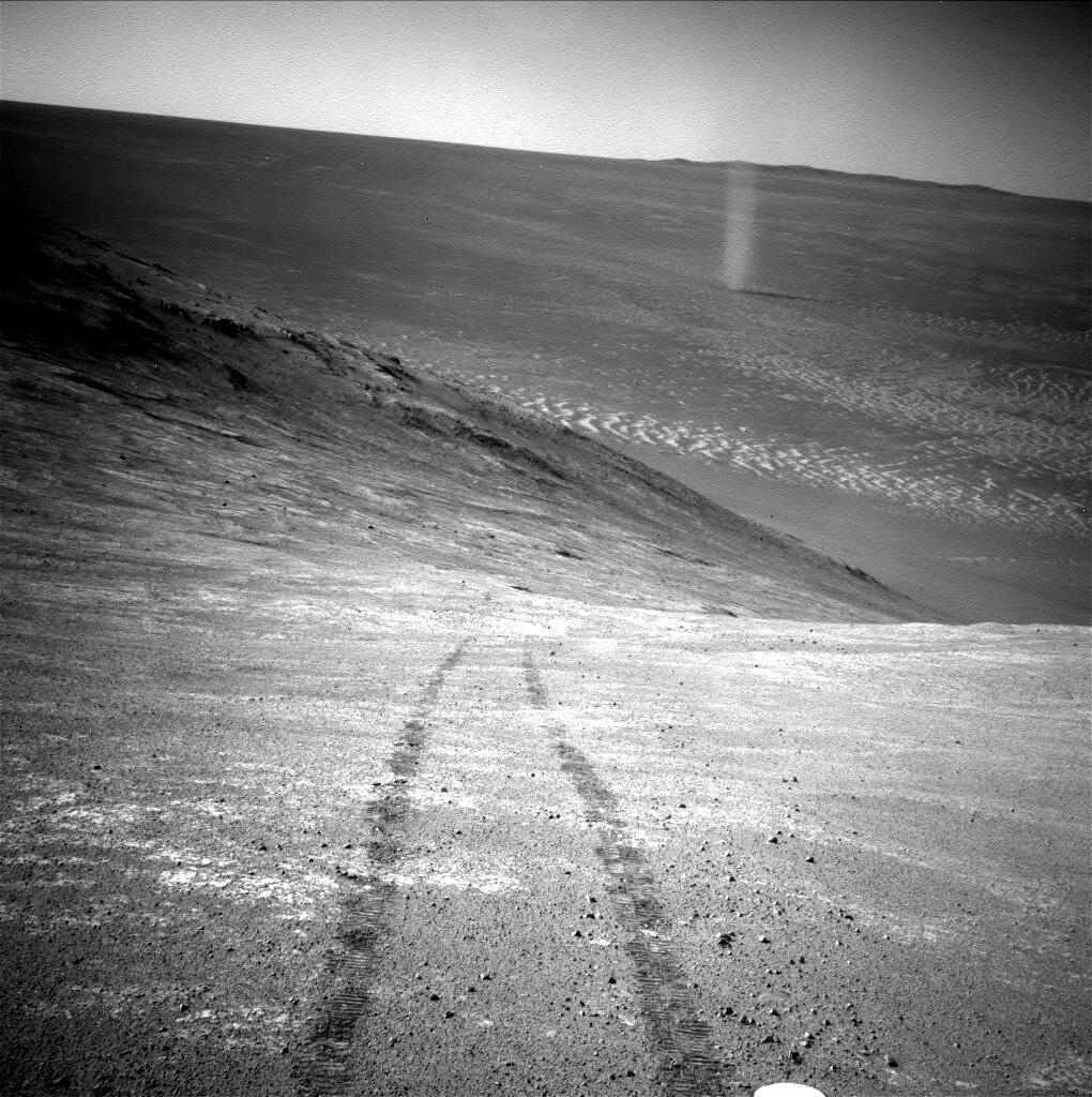 En haut à droite de cette photo d'Opportunity, une tornade de sable («dust devil»).