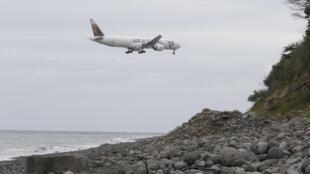Bãi biển Saint-André, trên đảo Reunion : phi cơ thăm dò bay vòng trên khu vực, song song với các cuộc tìm kiếm trên bờ - Reuters