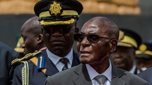 លោករ៉ូប៊ែរ មូហ្កាបេ (Robert Mugabe) ប្រធានាធិបតីស៊ីមបាវ៉េ កាលពីថ្ងៃទី១២ មេសា ឆ្នាំ២០១៧