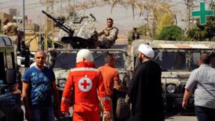 """Ливанские военные и представители """"Красного Креста"""" на месте взрывов в деревне Аль-Каа, Ливан, 27 июня 2016 г."""