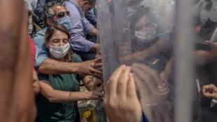 Affrontement entre manifestants et forces de l'ordre lors de la «marche pour la démocratie» à Istanbul, le 15 juin 2020.