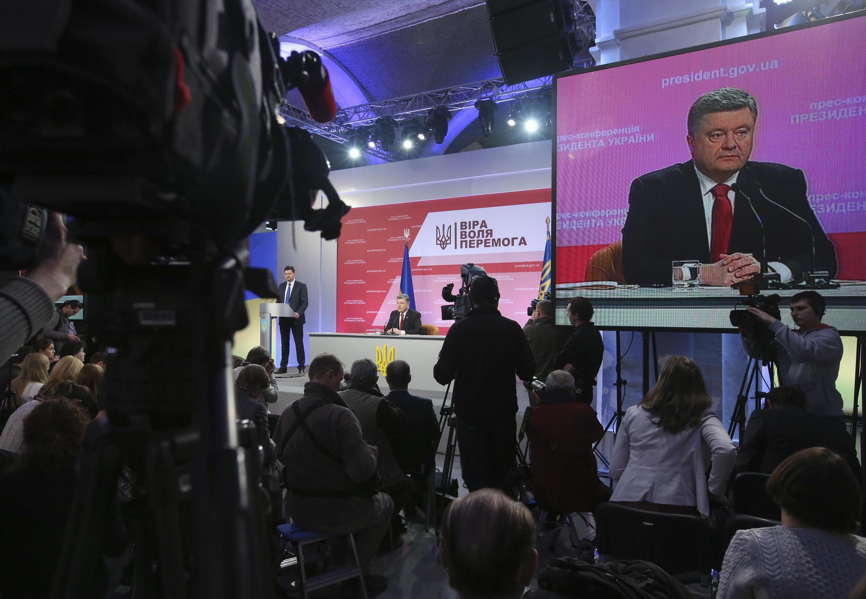 Le président ukrainien Petro Porochenko s'apprête à donner une conférence de presse à Kiev, le 29 décembre 2014.