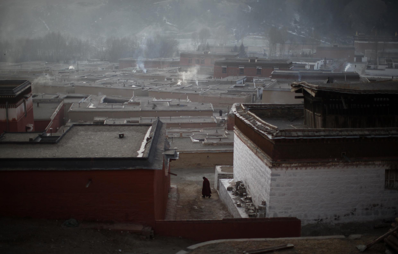 Monge caminha dentro do Templo de Labrang às vésperas do Ano Novo tibetano.