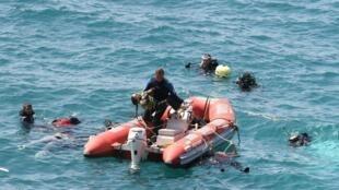 Mergulhadores durante operação de resgate de vítimas do naufrágio ocorrido nesta quinta-feira no oeste da Turquia.