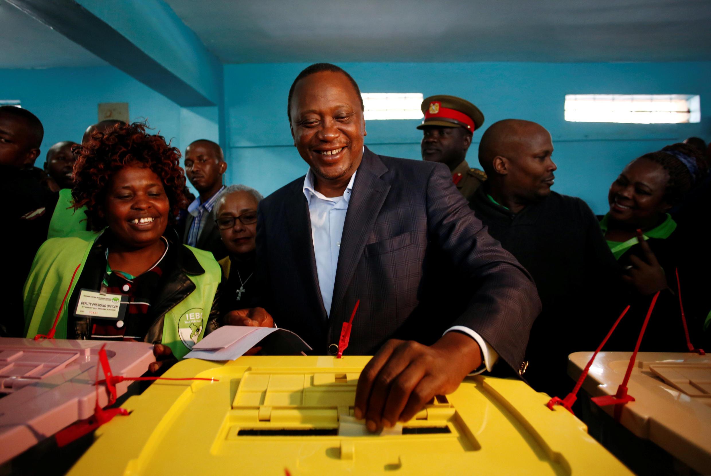 Uhuru Kenyatta votando el pasado martes durante las elecciones de Kenia