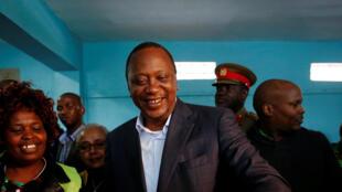 Le président Uhuru Kenyatta, dans le bureau de vote de Kiambu, dans le comté de Gatundu, le 8 août dernier.