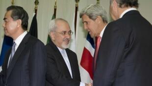 Ngoại trưởng John Kerry và đồng nhiệm Javad Zarif : Các bên đàm phán bắt tay nhau sau khi đạt thỏa thuận khung - REUTERS /C. Kaster