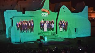 Una foto de los líderes del G20 es proyectada en el sitio histórico de Al Tarif, en el distrito de Diriyah, con motivo de la cumbre virtual del grupo, el 20 de noviembre de 2020 a las afueras de Riad