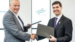 Rolf Henke, do DLR, e Daniel Moczydlower, da Embraer, anunciam parceria