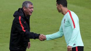 Fernando Santos, seleccionador de Portugal (esquerda), e Cristiano Ronaldo, avançado da Selecção das Quinas (direita), no treino desta sexta-feira em Marcoussis, no Sul de Paris.